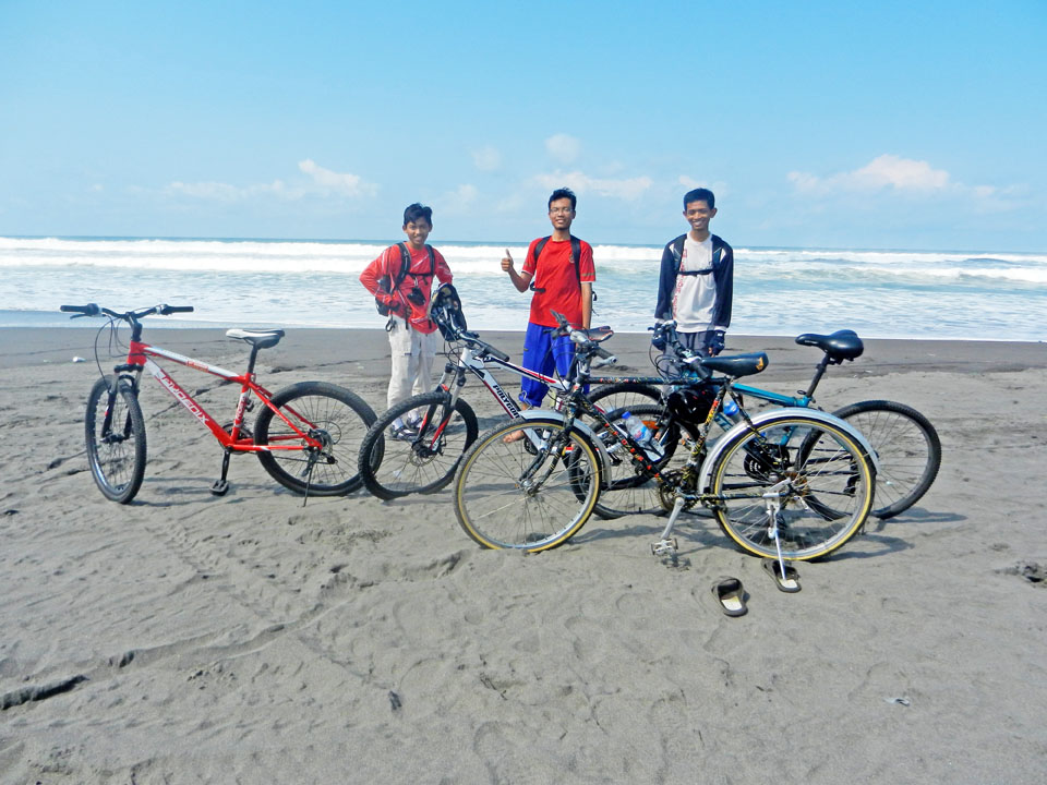 sepeda dan pantai jadi teman baru..