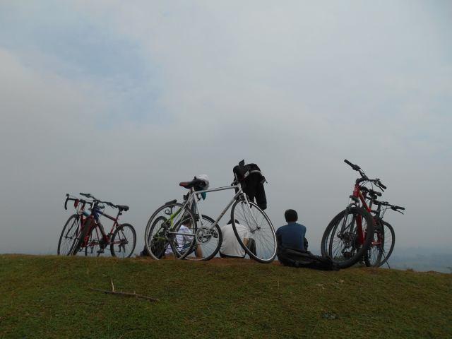 sepeda diatas gundukan tanah merah