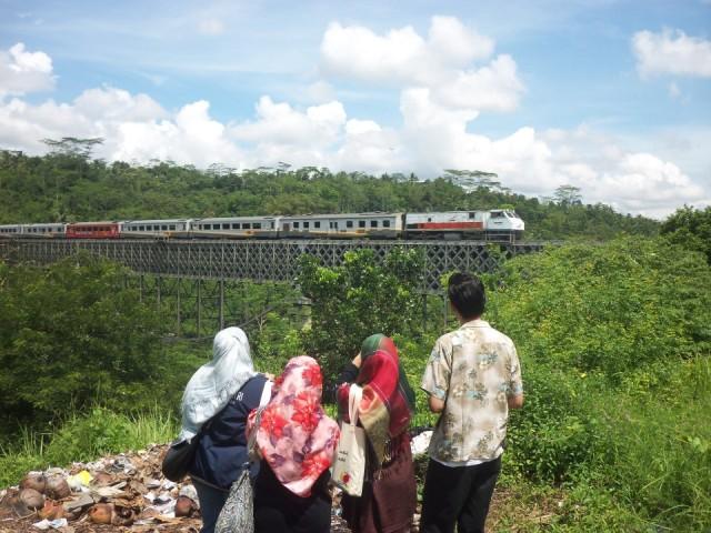 jembatan cirahong (belakang) atas buat lewat kereta, bawah buat nyebrang kendaraan darat bermotor