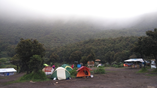 suasana camp ground pagi berkabut