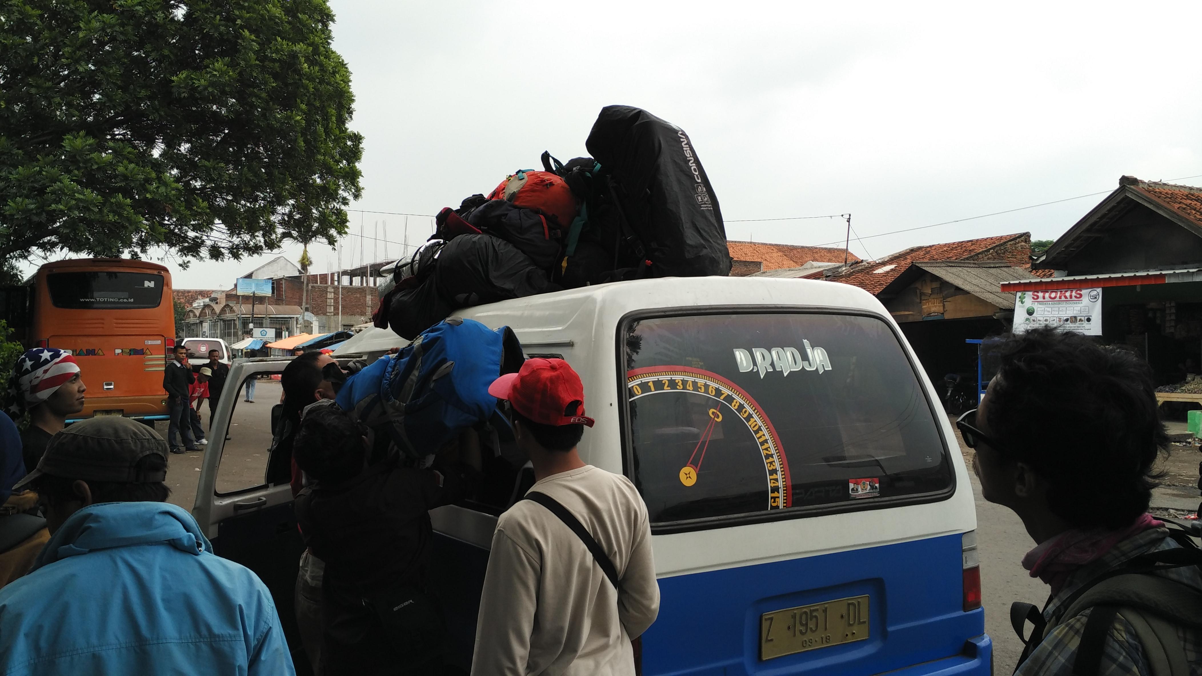 Angkot Cikajang, langganan pendaki Papandayan dari Terminal Guntur. (foto dari fnugrahendi.files.wordpress.com) - Transportasi di Garut - Info Wisata Garut - Paket Wisata di Garut - Jelajah Garut